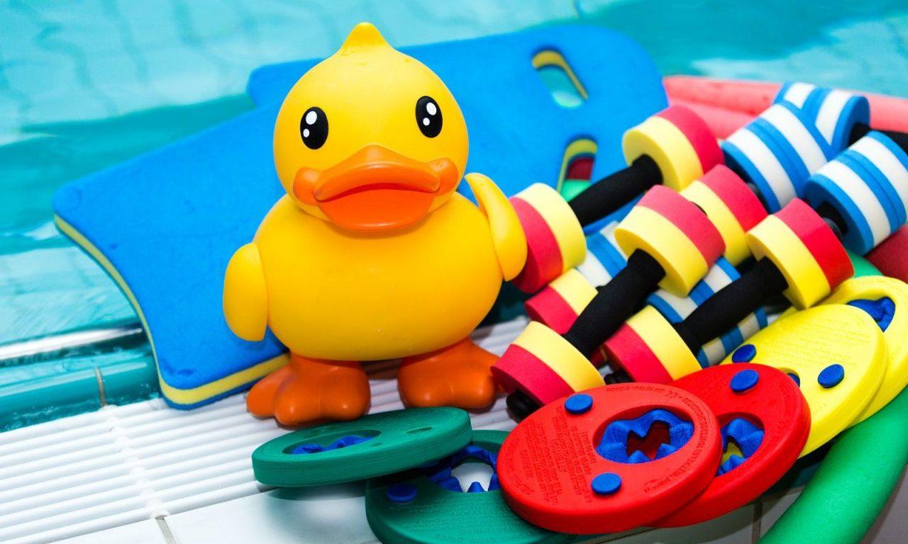 Quietscheente und Schwimmtraingshilfen